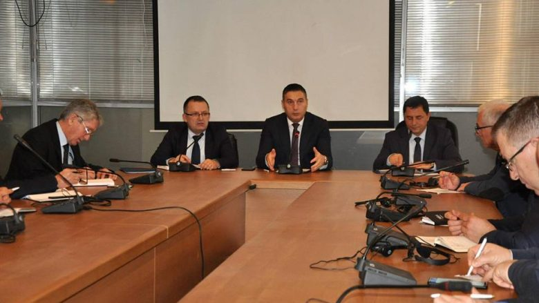 Ministri Bytyqi dhe drejtorët komunal të arsimit diskutojnë për zëvendësimin e orëve të humbura