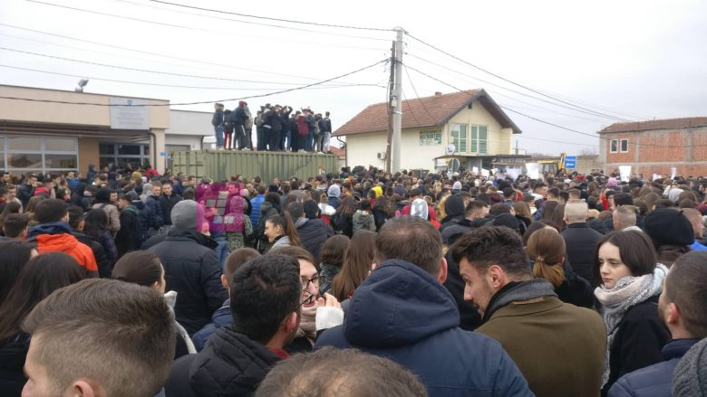 """""""Pro mësimit, jo përdhunimit"""", Lladrovci i bashkohet protestës në Drenas (Foto/Video)"""
