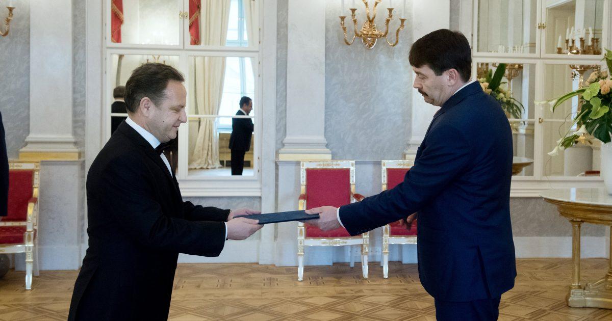 Ambasadori i Kosovës në Hungari, Shpend Kallaba, i dorëzon Letrat Kredenciale presidentit të Hungarisë