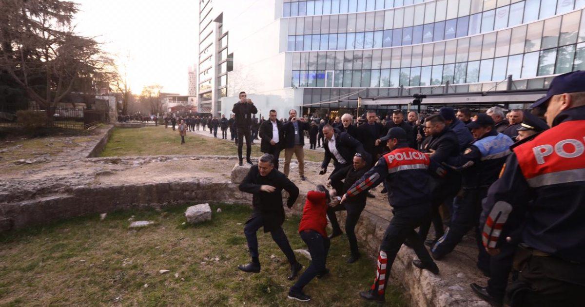 Opozita rrethon Parlamentin, protestuesit sulmojnë  ministrin Blendi Klosin