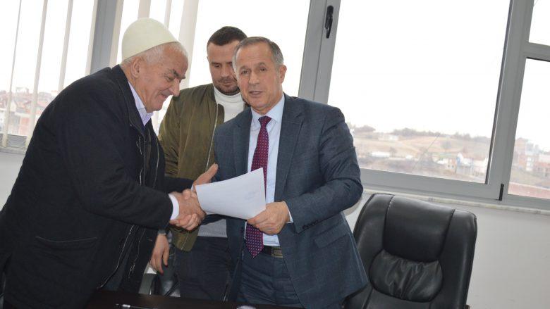 Komuna e Malishevës nënshkruan marrëveshje me dhjetë fermer për ndërtimin e shtallave