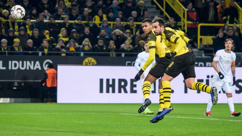DORTMUND, GERMANY - DECEMBER 15: Paco Alcacer of Dortmund scores the 1-0 lead during the Bundesliga match between Borussia Dortmund and SV Werder Bremen at the Signal Iduna Park on December 15, 2018 in Dortmund, Germany. (Photo by Jörg Schüler/Getty Images)