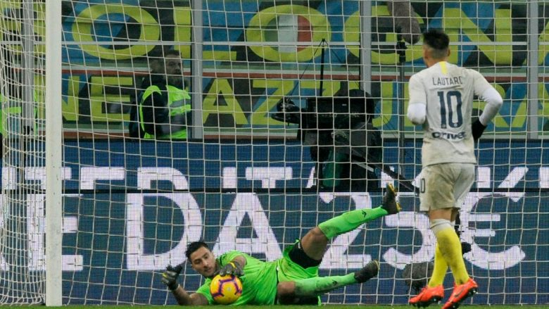 MILAN, ITALY - JANUARY 31: Thomas Strakosha of SS Lazio saves the penalty shot of Lautaro Martinez of FC Internazionale during the Coppa Italia match between FC Internazionale and SS Lazio at Stadio Giuseppe Meazza on January 31, 2019 in Milan, Italy.  (Photo by Marco Rosi/Getty Images)