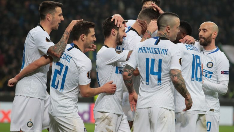 MILAN, ITALY - FEBRUARY 21:  Matteo Politano of FC Internazionale celebrates his goal with his team-mates during the UEFA Europa League Round of 32 Second Leg match between FC Internazionale and SK Rapid Wien at San Siro on February 21, 2019 in Milan, Italy.  (Photo by Emilio Andreoli/Getty Images)