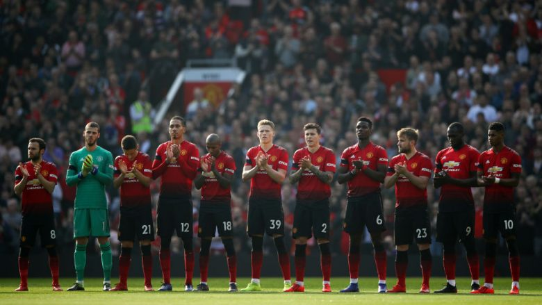 MANCHESTER, ENGLAND - FEBRUARY 24:  Manchester United players take part in a minute of applause in memory of former Manchester United youth team manager Eric Harrison prior to the Premier League match between Manchester United and Liverpool FC at Old Trafford on February 24, 2019 in Manchester, United Kingdom.  (Photo by Clive Brunskill/Getty Images)