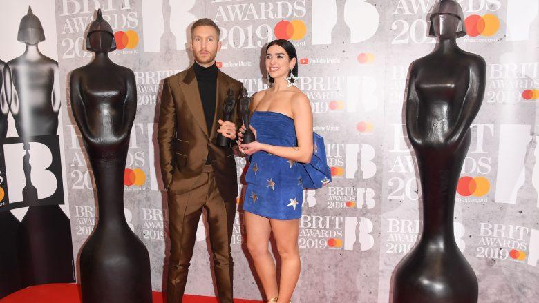 """Dua Lipa dhe Calvin Harris i gëzohen trofeut në """"Brit Awards 2019"""" (Foto: Stuart C. Wilson/Getty Images/Guliver)"""