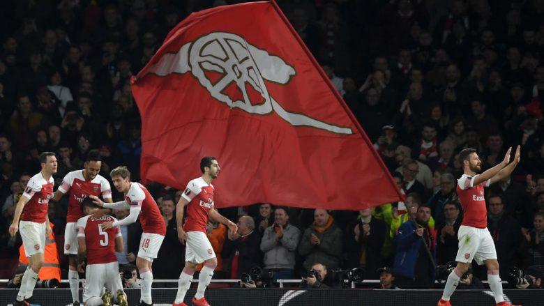 LONDON, ENGLAND - FEBRUARY 21: Sokratis Papastathopoulos of Arsenal celebrates with teammates after scoring his team's third goal during the UEFA Europa League Round of 32 Second Leg match between Arsenal and BATE Borisov at Emirates Stadium on February 21, 2019 in London, United Kingdom. (Photo by Mike Hewitt/Getty Images)