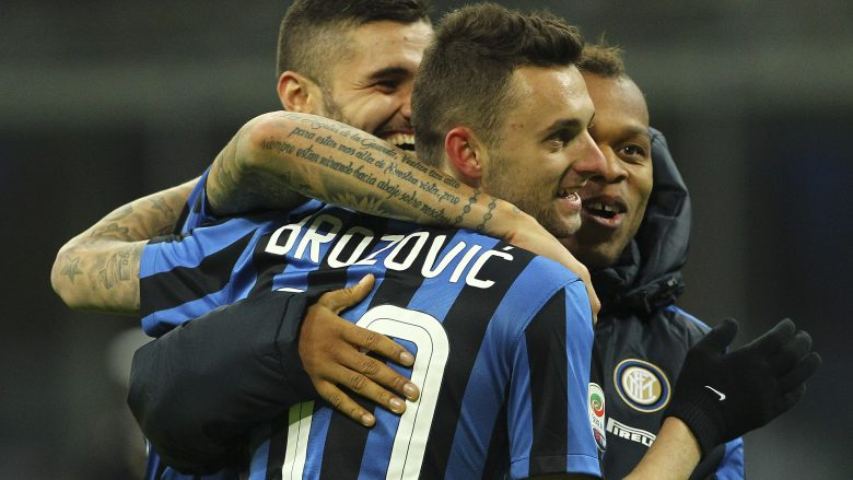 MILAN, ITALY - NOVEMBER 22:  Jonathan Biabiany (R), Marcelo Brozovic (C) and Mauro Emanuel Icardi (L) of FC Internazionale Milano ccelebrate a victory at the end of the Serie A match between FC Internazionale Milano and Frosinone Calcio at Stadio Giuseppe Meazza on November 22, 2015 in Milan, Italy.  (Photo by Marco Luzzani/Getty Images)