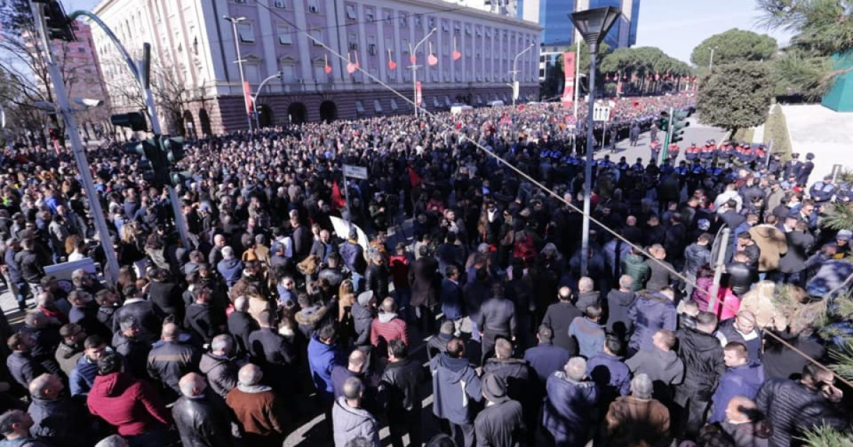 Opozita proteston sot para Kuvendit të Shqipërisë,  Policia me masa të shumta