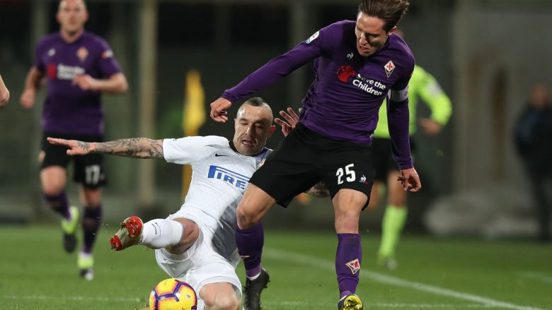 FLORENCE, ITALY - FEBRUARY 24: Federico Chiesa of ACF Fiorentina battles for the ball with Radja Nainggolan of FC Internazionale during the Serie A match between ACF Fiorentina and FC Internazionale at Stadio Artemio Franchi on February 24, 2019 in Florence, Italy.  (Photo by Gabriele Maltinti/Getty Images)