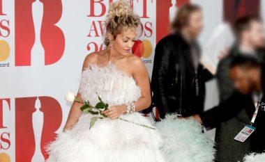 Rita mungon në ceremoninë e 'Brit Awards', u uron fat të gjithëve me imazhe nga viti i kaluar