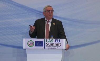 Telefoni nuk ndalonte, Juncker ndërpret konferencën – të gjithë qeshin me atë se si e përshkruan ai gruan e tij (Video)
