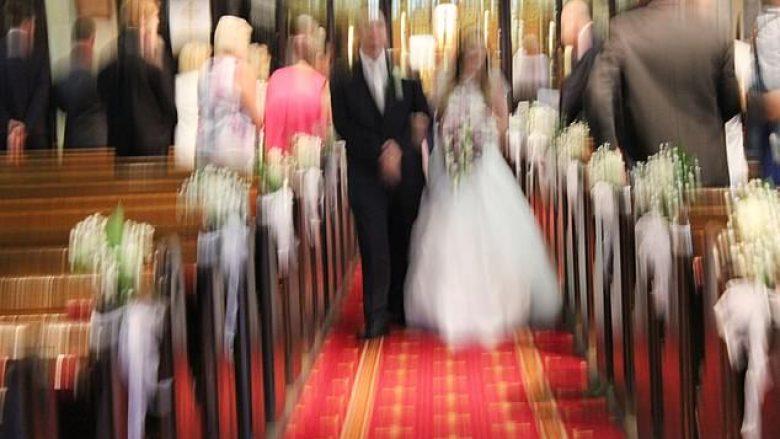 Studio e angazhuar për të fotografuar në dasma, akuzohet nga më se 200 çifte për imazhe tepër të dobëta (Foto)