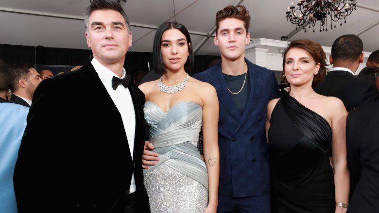 "Dua Lipa me familjen e saj në ""Grammy Awards"" (Foto: Rich Fury/Getty Images/Guliver)"