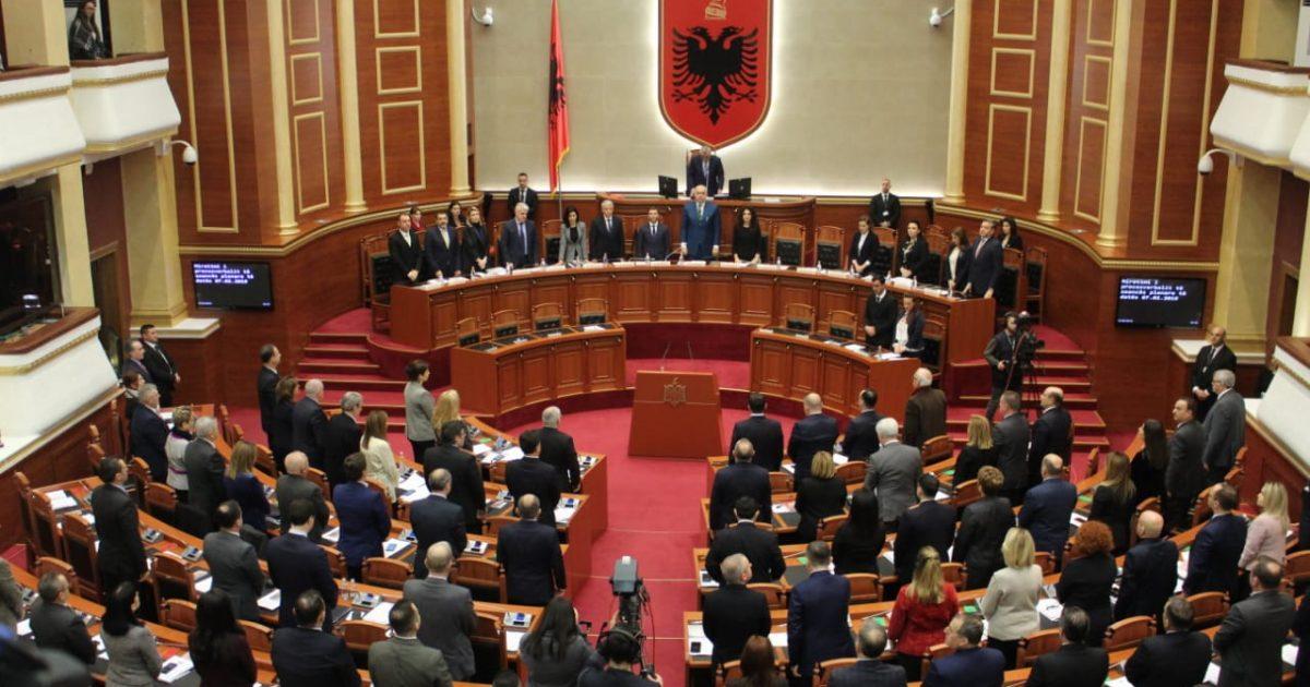 Kuvendi i Shqipërisë një minutë heshtje për tragjedinë në Maqedoninë e Veriut