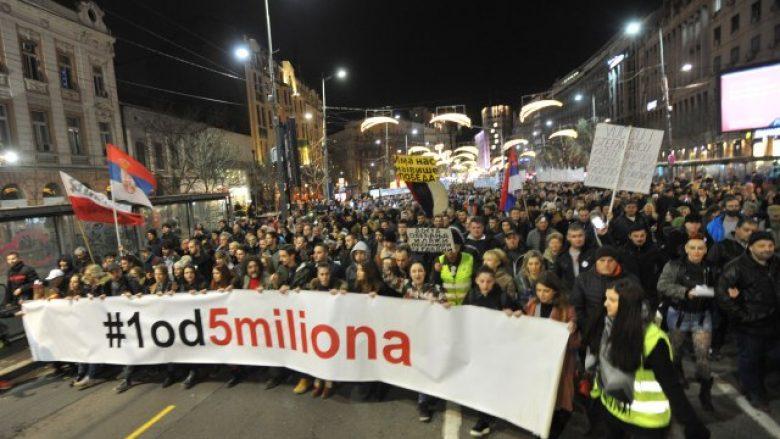 Në Serbi vazhdojnë protestat kundër Vuçiqit (Video)