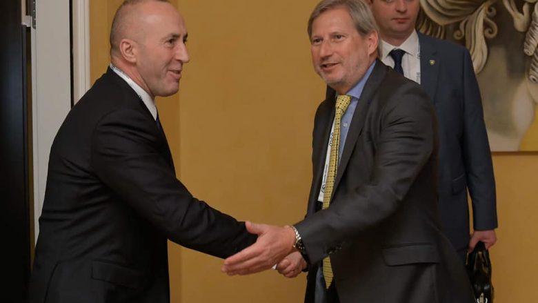 Haradinaj takon Hahnin: Njohja reciproke, parakusht për heqjen e taksës ndaj Serbisë