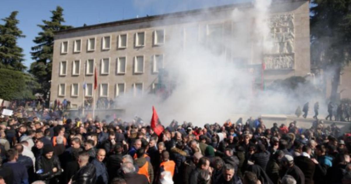 Tërheqje pas 5 orësh dhune: Protestuesit tentuan të hyjnë në Kryeministri