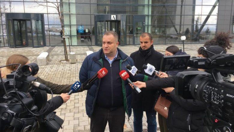Shpend Ahmeti dorëzoi padi për Vetëvendosjen dhe fton Kurtin në një debat televiziv