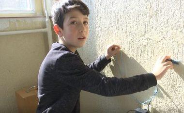 12 vjeçari nga Mitrovica, gjeniu i pajisjeve elektronike (Video)