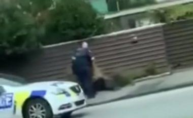Momenti kur njëri nga sulmuesit në dy xhamitë në Zelandën e Re, kapet nga policia (Video)