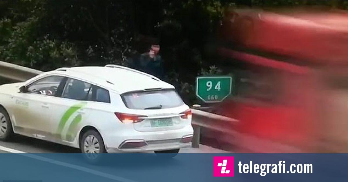 Po qëndronte afër veturës së prishur, kamioni ia përplas nga pas – shoferi kinez shpëton për pak centimetra (Video)