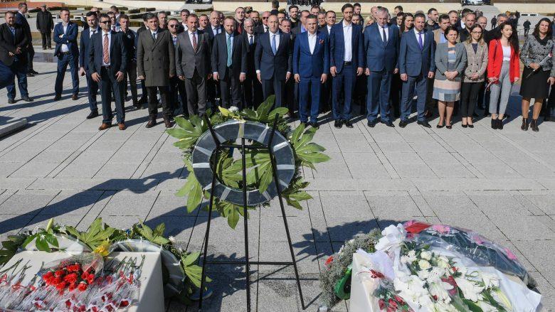 Haradinaj homazhe në Prekaz: Historisë së Kosovës së lirë dhe të pavarur, i dha vulë sakrifica sublime e familjes Jashari