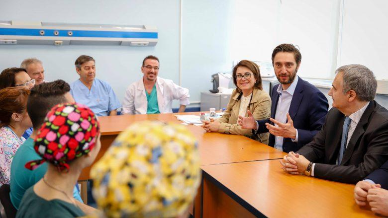 Ismaili vizitoi mjekët Italian në QKUK: Po vihen bazat e operimeve në zemër të fëmijët