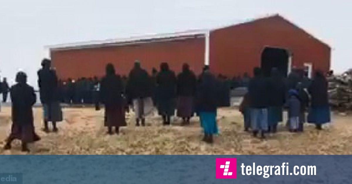 Duke e mbajtur në duar, 250 burra e vendosën një hangar 45 metra më larg (Video)