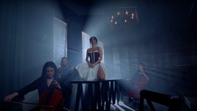 """Genta Ismajli në klipin e këngës """"Zjarr"""" (Foto: Screenshot/YouTube/Bug Production/Genta Ismajli)"""