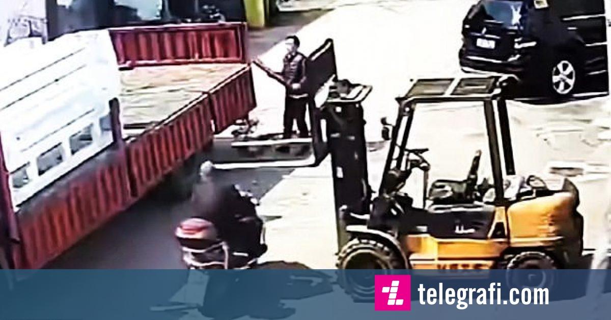 Motoçiklisti goditi metalet e makinës për transport, helmeta e shpëtoi pa lëndime (Video)