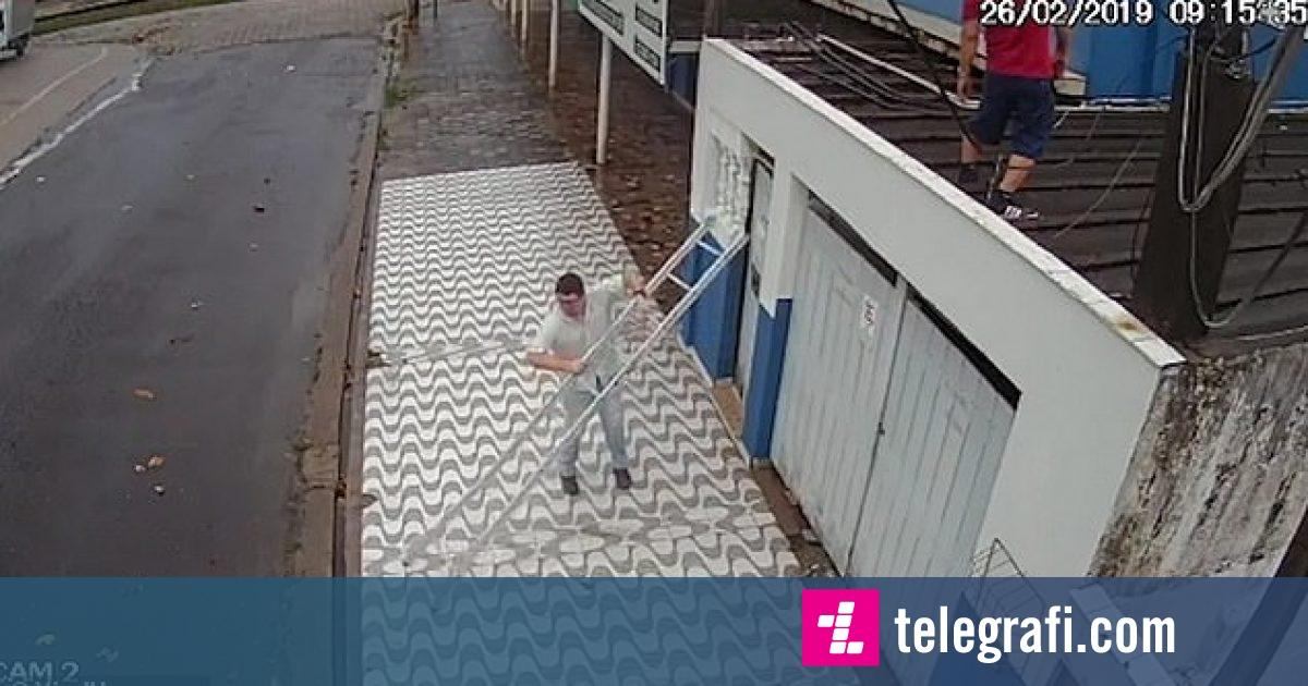 Ra me këmbë në tokë, kur i rrëshqitën shkallët e mbështetura për muri (Video)