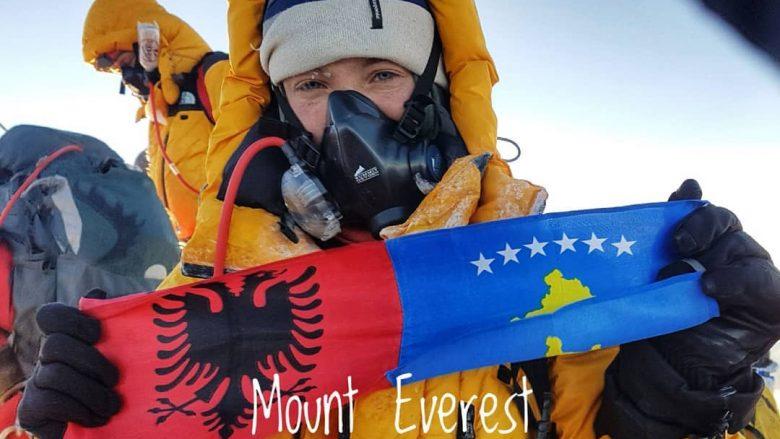 Uta Ibrahimi me flamurin kombëtar dhe flamurin e Kosovës në malin Everest (Foto: Instagram/uta_ibrahimi8000)