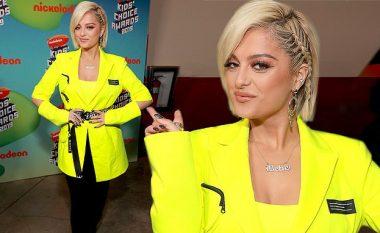 """Bebe Rexha rrëmben vëmendjen me xhaketë neoni në """"Kids 'Choice Awards"""""""