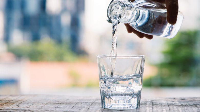 Konsumimi i tepërt i ujit mund të shkaktojë dëme në tru, komë dhe vdekje