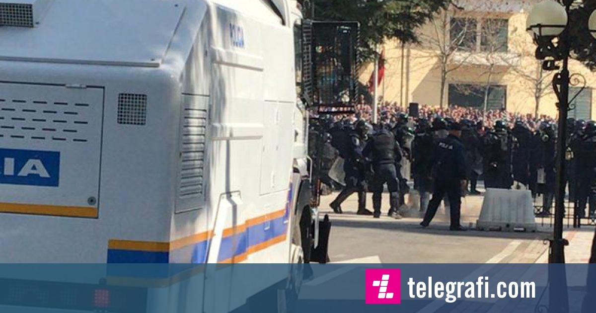Tension mes policisë dhe protestuesve në Tiranë