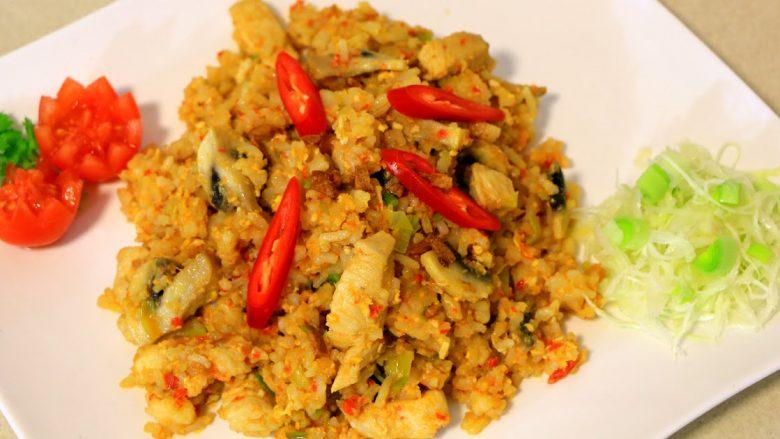 Oriz me mish pule, salcë soje dhe kërpudha