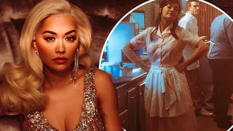 Luan rolin e një ylli dhe të një kameriereje, Rita Ora tregoi aftësi të shkëlqyera aktrimi në videon e re muzikore