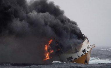 Në të gjendeshin rreth 2000 vetura, disa në vlerë prej 300 mijë dollarë – anija fundoset jashtë brigjeve të Francës (Foto/Video)