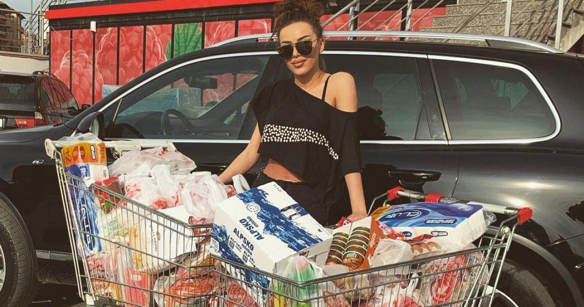 Tayna dhuroi ushqime për familjet e varfëra, megjithatë nuk donte që humanizmi i saj të shfaqej publikisht!