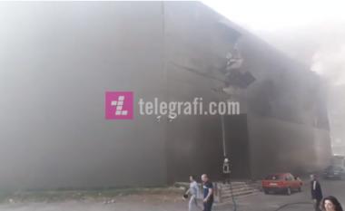 """Objekti i """"Viva Fresh Store"""" në Gjakovë përfshihet nga flakët (Video)"""