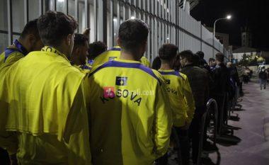 Tifozët fillojnë të futen brenda në stadium, atmosferë e bukur edhe në qytet