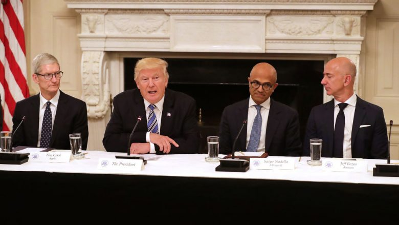 Presidenti i SHBA-së Donald Trump, Tim Cook (Apple), Satya Nadella (Microsoft), Jeff Bezos (Amazon) |Foto: Chip Somodevilla/Getty Images/Guliver