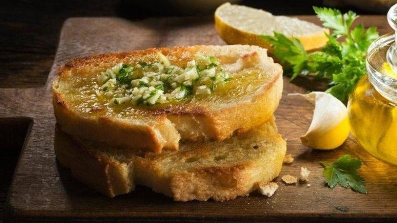 Tost me hudhër dhe vaj ulliri: Paragjellë e shijshme krokante për çdo rast!