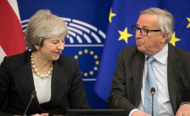 """Juncker me """"shaka pa shije"""", thotë se """"nuk ka fjetur shumë për shkak të zonjës May"""""""