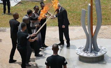 """Jean-Claude Juncker për pak sa nuk """"ia djeg"""" flokët dhe fytyrën, Zonjës së Parë të Ruandës (Video)"""