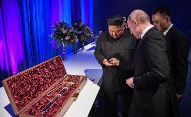 Vladimir Putin dhe Kim Jong-un shkëmbejnë dhurata (Video)