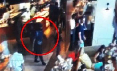 Dy kamikazë futen në restorantin e hotelit plotë pushues në Shri Lankë dhe hedhin veten në erë (Video)