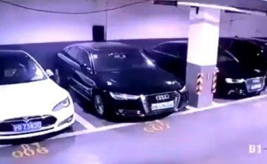 Kamerat e sigurisë filmojnë momentin kur vetura elektrike Tesla, shpërthen në një parking në Kinë (Video)