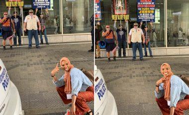 Imazhi që po bën xhiron e botës, 24-vjeçarja me hixhab pozon e buzëqeshur dhe me dy gishta të ngritur para protestuesve anti-myslimanë (Foto)